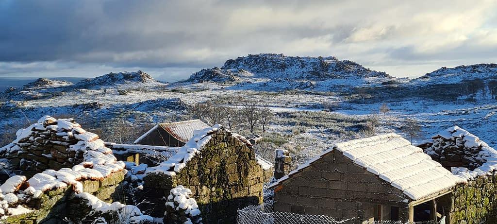 adsamo com neve vista da aldeia